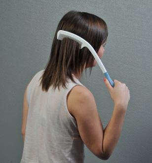 Peigne ergonomique long manche