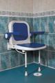 Siège mural avec siège avec dossier et accoudoirs rembourrés