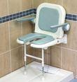 Siège douche assise découpée avec dossier et accoudoirs
