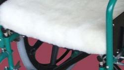 Coussin recouvert de laine de mouton zoom